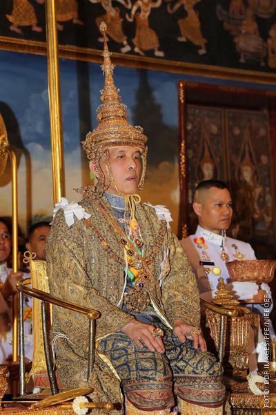 Thailands König hat seine lange Krone auf