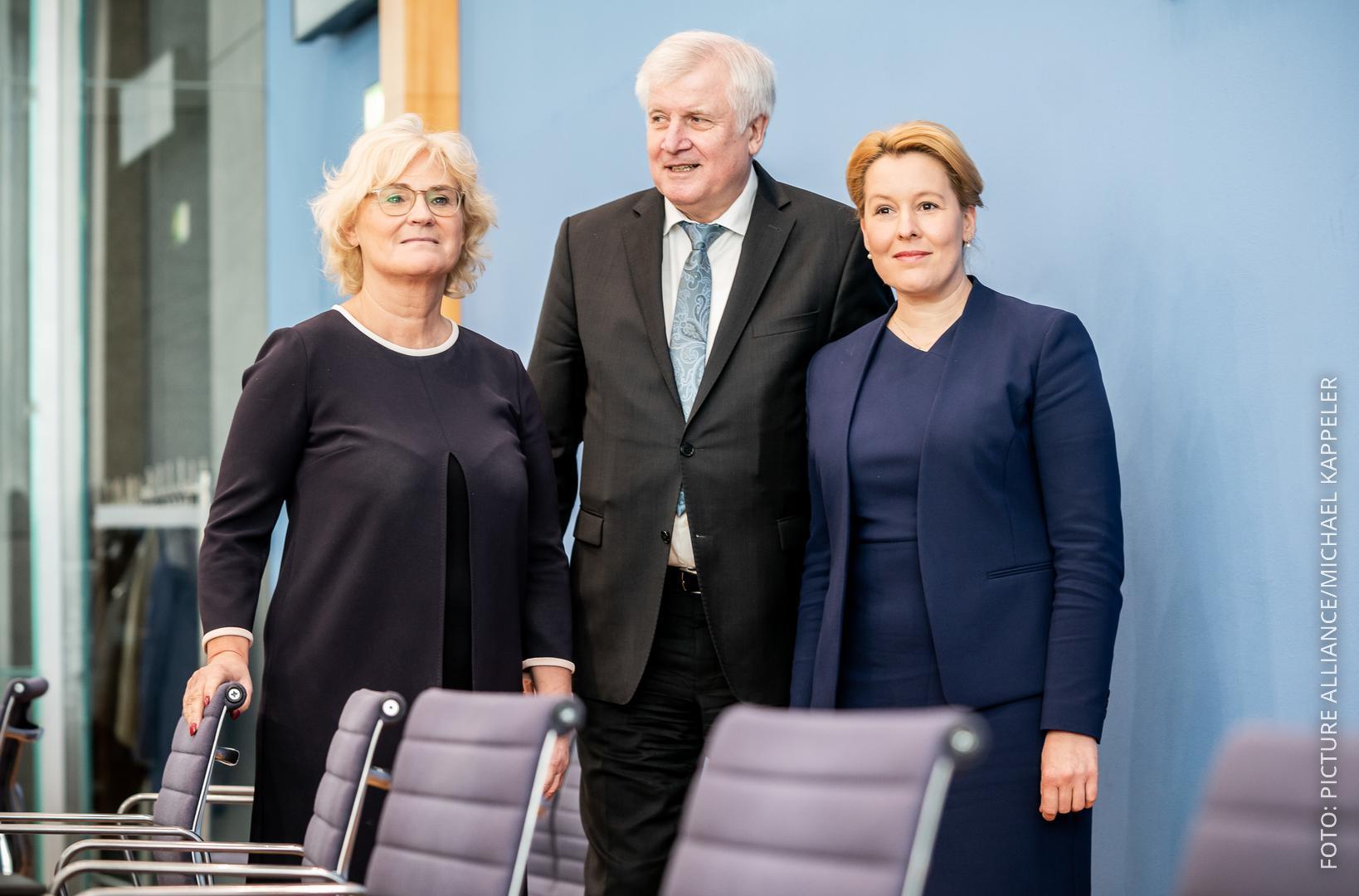 Christine Lambrecht, Horst Seehofer und Franziska Giffey stellen die Maßnahmen vor