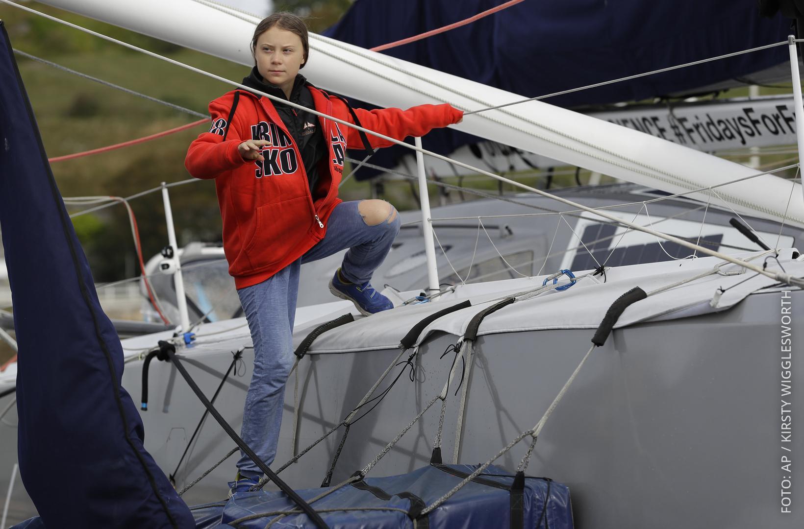 Greta Thunberg steigt auf ein Schiff.