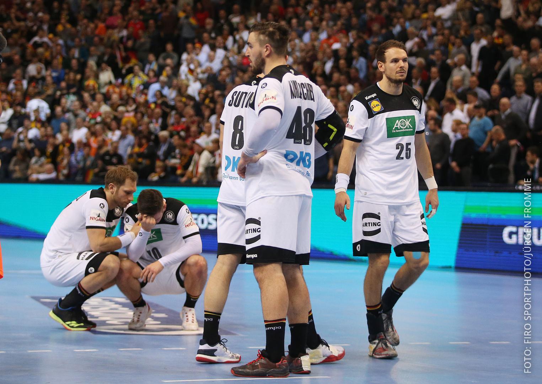 Handballer sind tarurig und trösten sich