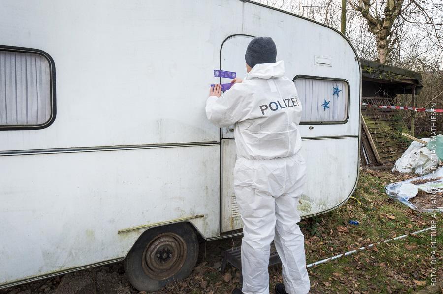 Polizist versiegelt Wohnwagen auf Campingplatz in Lügde