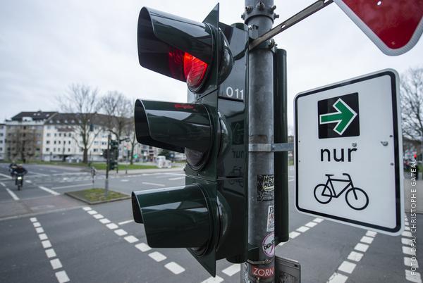 Grüner Pfeil für Radfahrer an einer Ampel in Düsseldorf