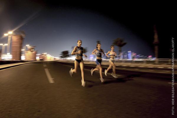 Marathonläufer bei Nacht