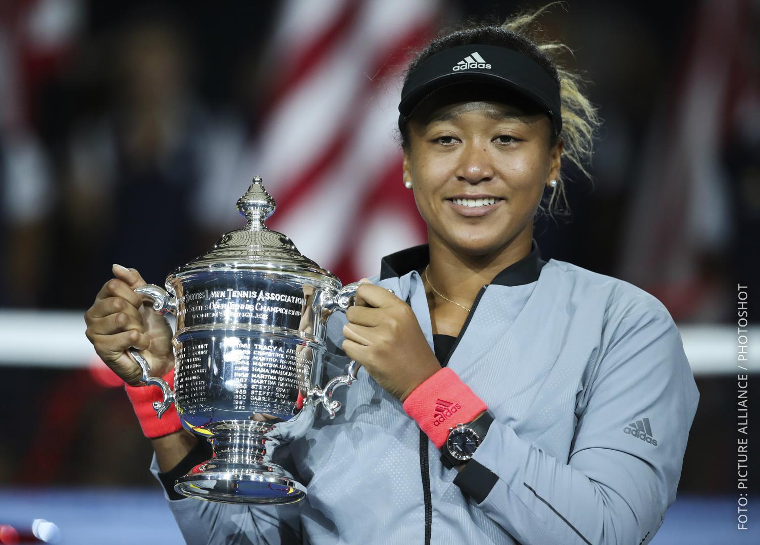 Tennis-Profi Naomi Osaka mit Siegerpokal