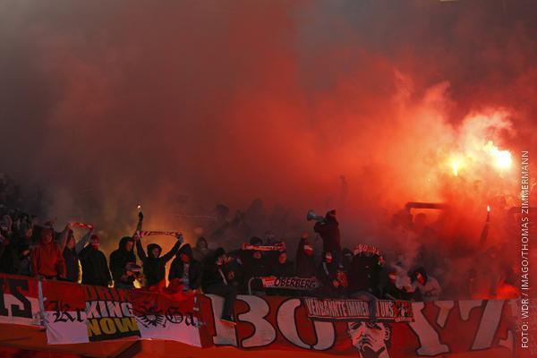 Kölner Fankurve mit Bengalos