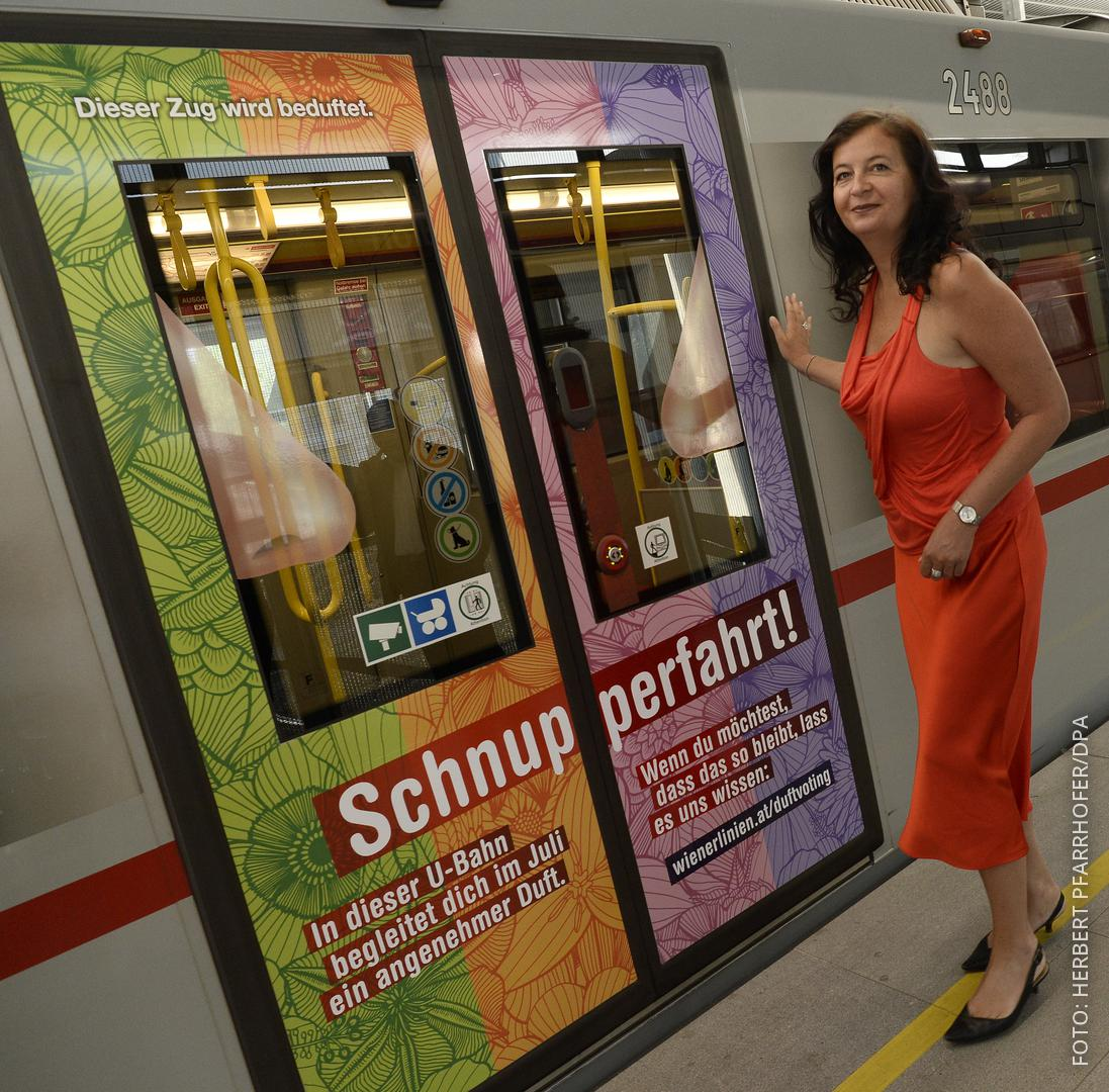 """U-Bahn-Tür mit der Aufschrift """"Schnupperfahrt"""""""