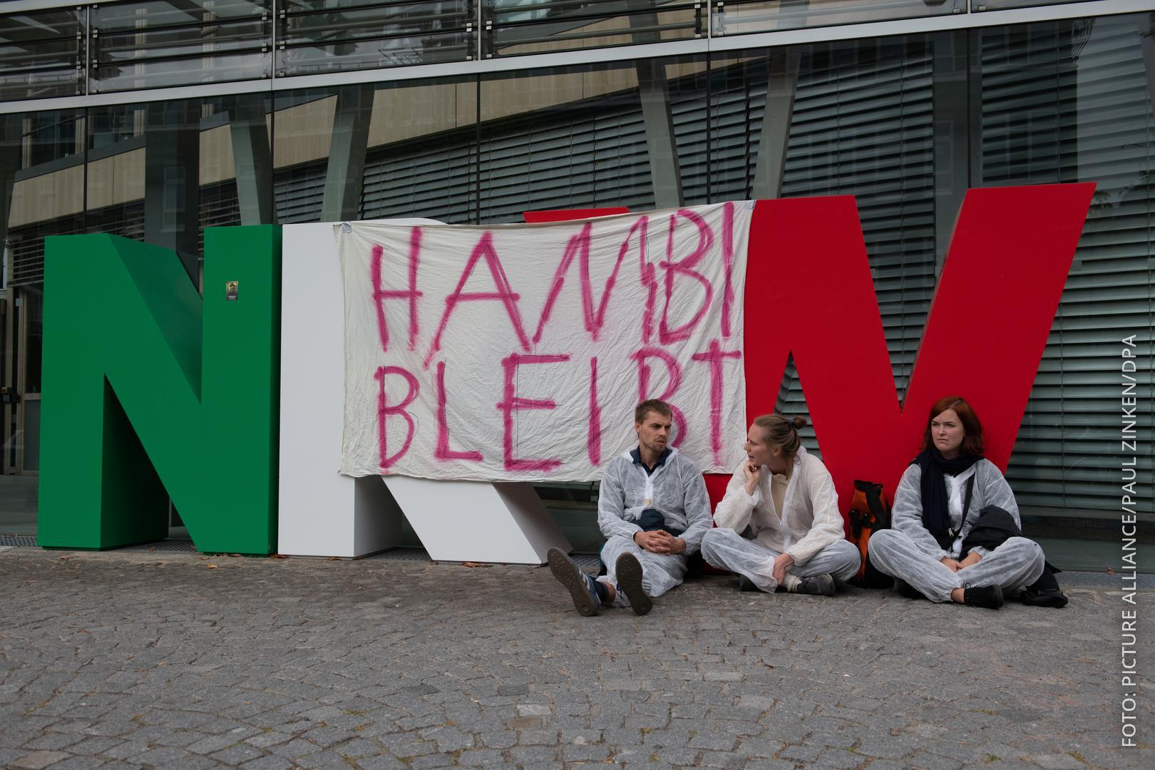 Demonstranten vor der NRW-Landesvertretung