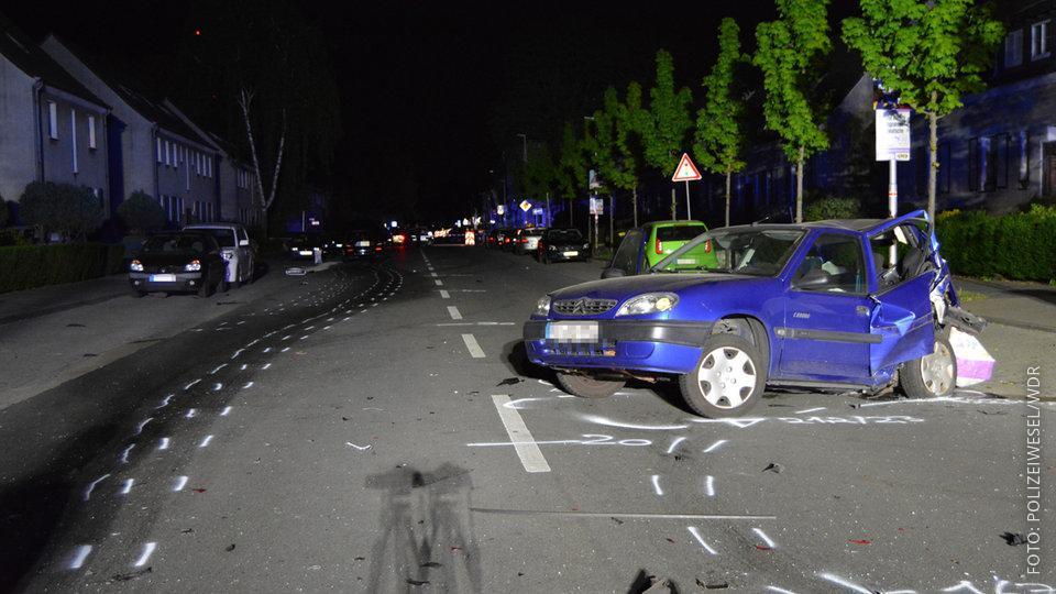 Unfallstelle in Moers, angefahrenes Auto steht an Straßenecke