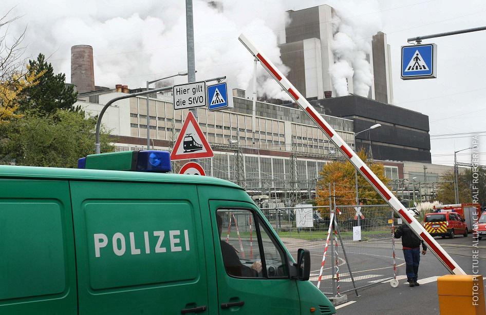 Polizei-Wagen vor Kraftwerk Weisweiler