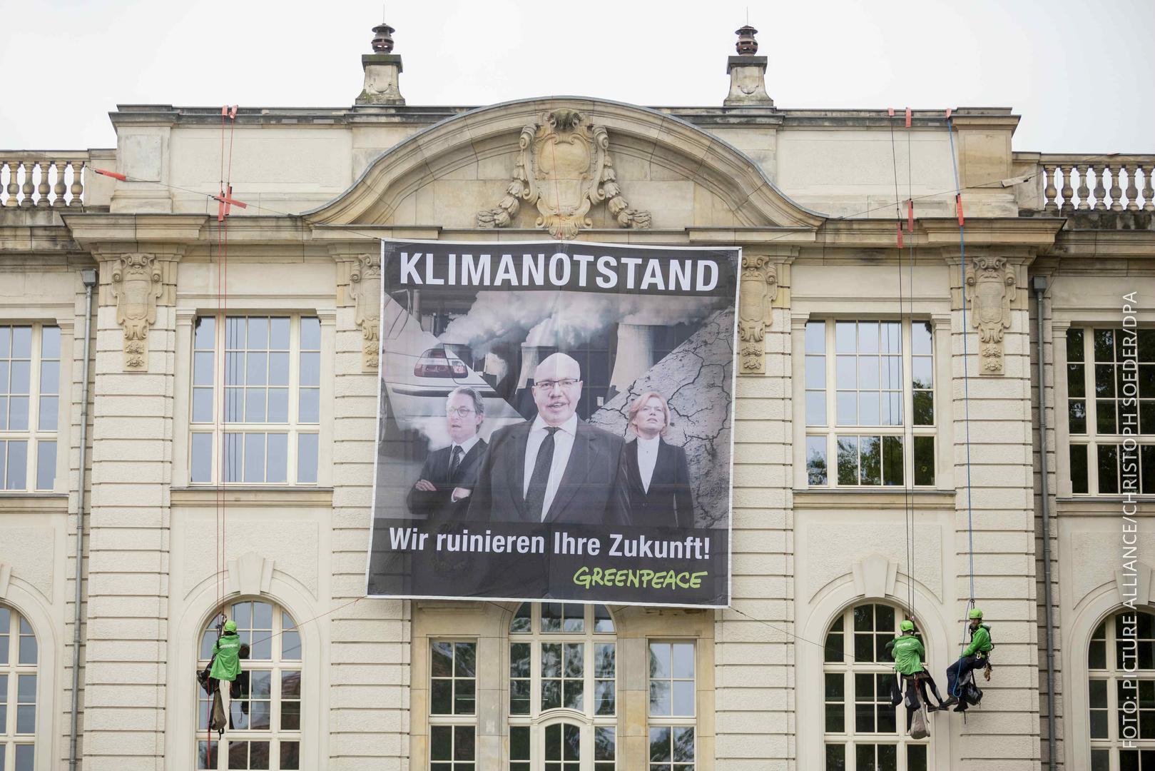 Ein Banner von Greenpeace hängt beim Tag der offenen Tür der Bundesregierung am Bundeswirtschaftsministerium