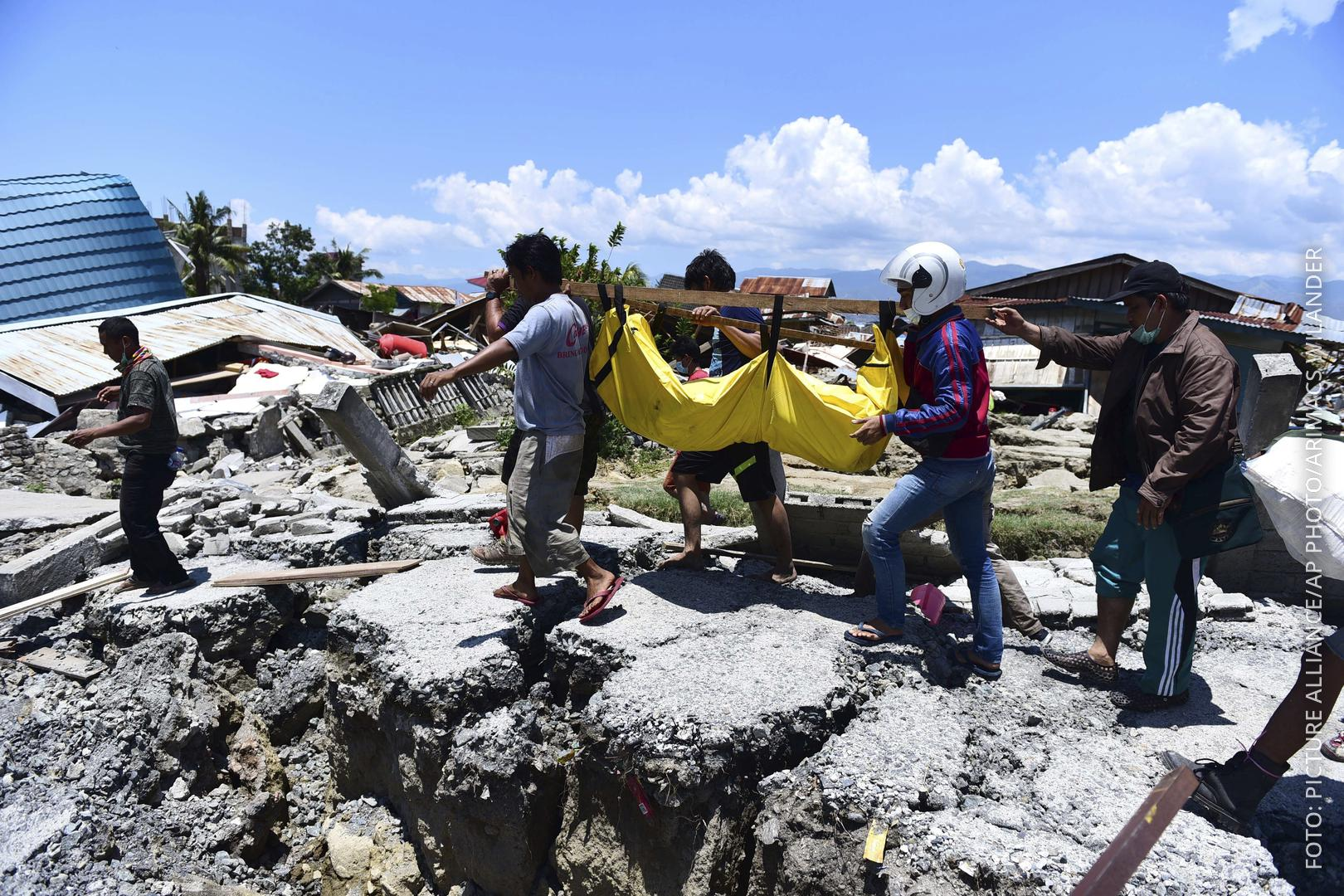 Rettungskräfte bergen Leichen nach Erdbeben und Tsunami in Indonesien