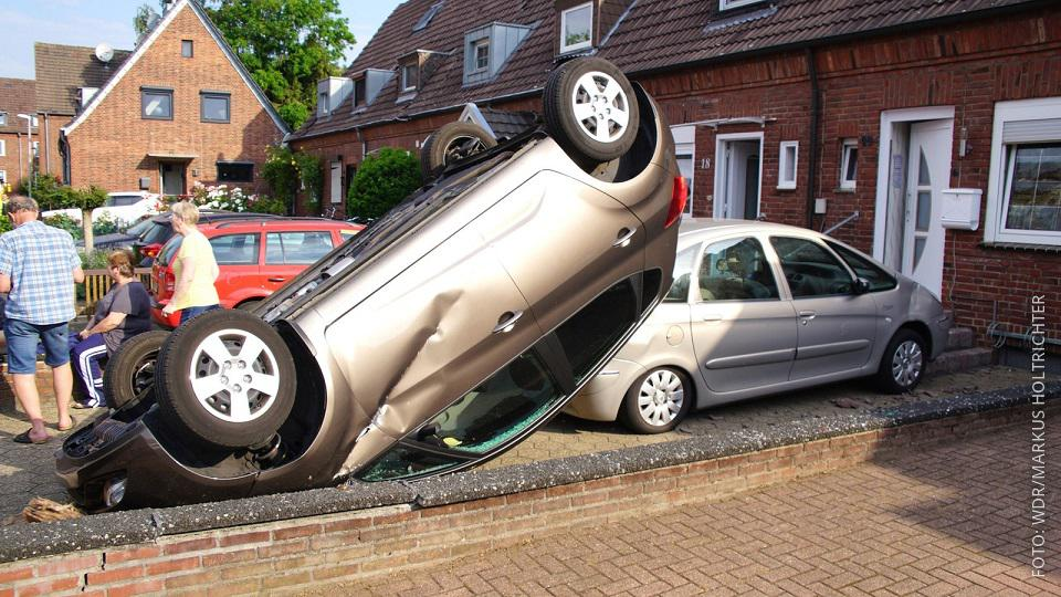Auto liegt nach Tornado in Bocholt auf dem Dach