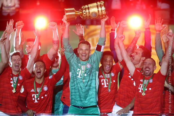 Manuel Neuer hält den DFB-Pokal in den Händen und jubelt