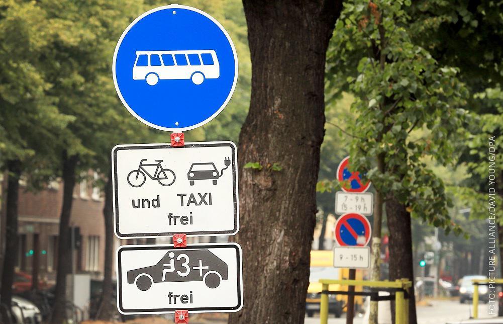Schilder in Düsseldorf, die anzeigen, wer auf der Umweltspur fahren darf
