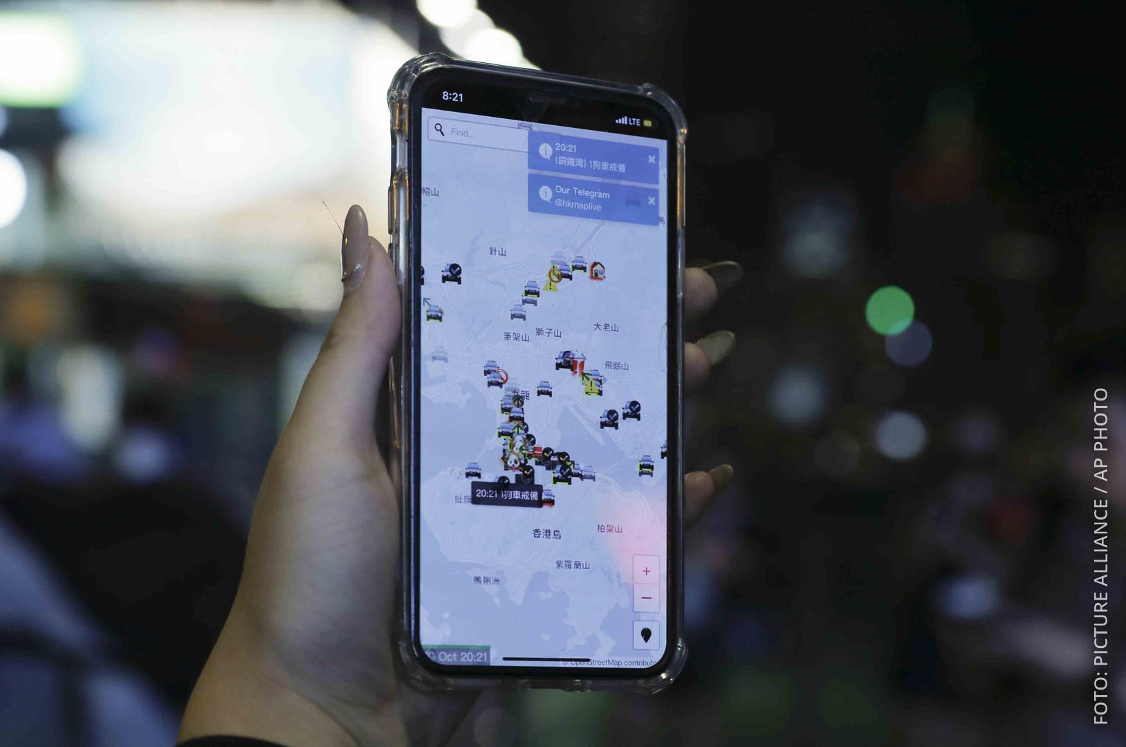 Ein Smartphone zeigt die Hongkong-App, die Apple gestrichen hat.