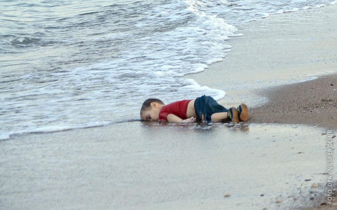 Ein syrischer Flüchtling liegt tot an einem Strand.