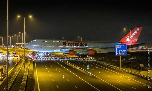 Jombu-Jet überquert Autobahn