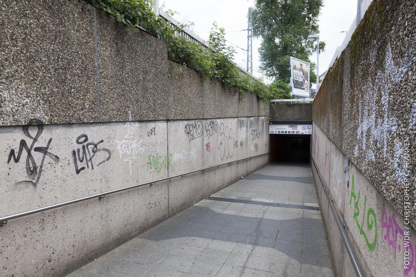 Der Eingang in eine Kölner U-Bahn-Station führt durch einen Betontunnel.