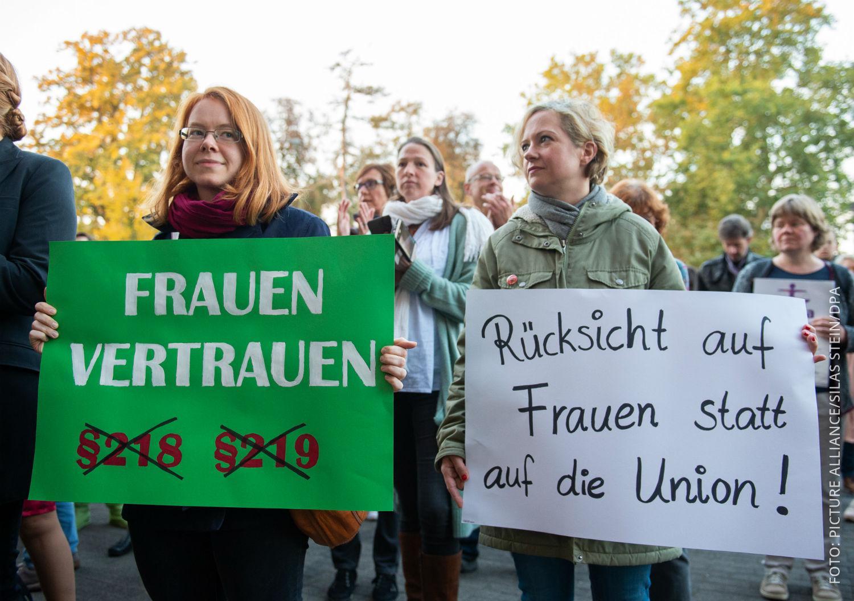 Frauen protestieren gegen Verbot der Abtreibungs-Werbung