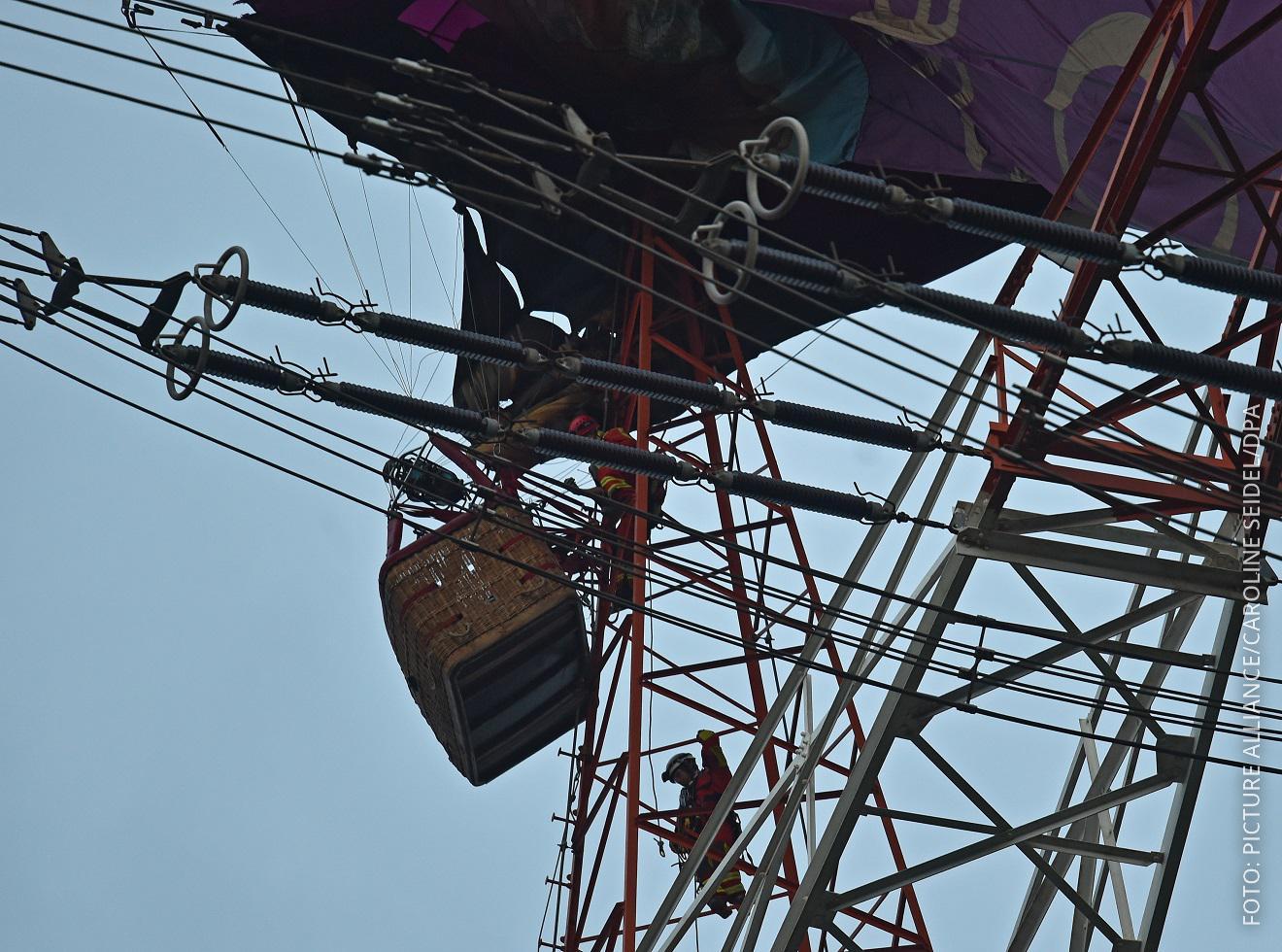 Heißluftballon hängt in Strommast bei Bottrop fest