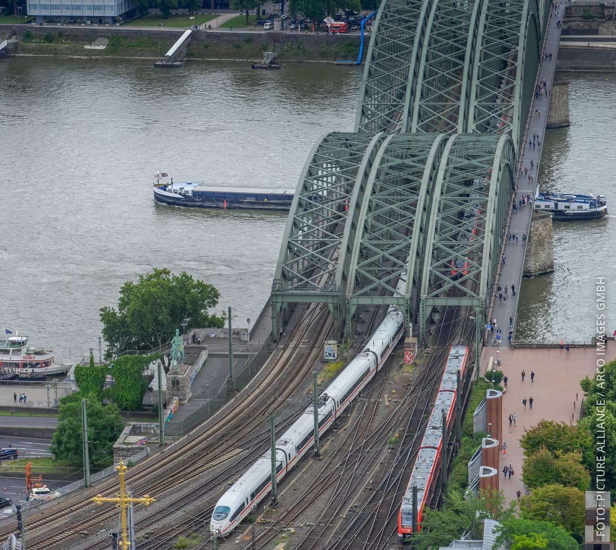 Züge fahren über die Hohenzollernbrücke in Köln.
