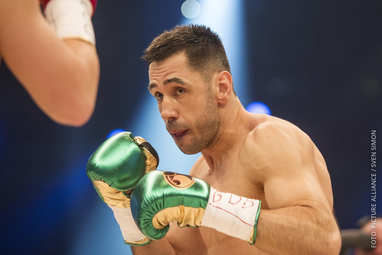 Boxer Felix Sturm im Ring mit Boxhandschuhen