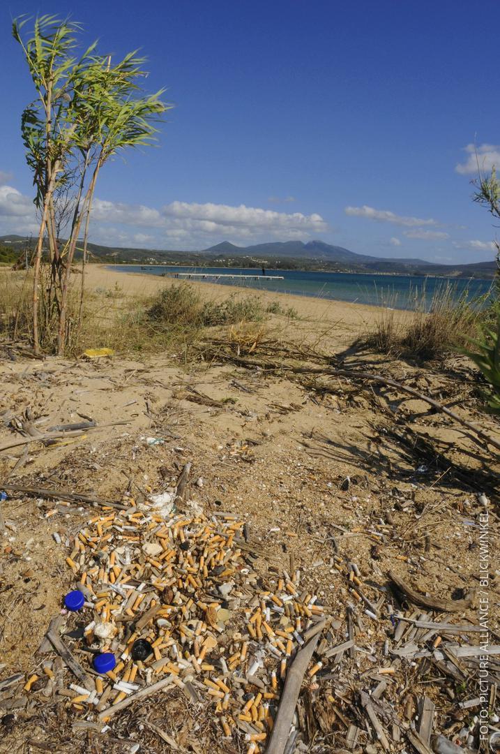 Ausgeleerter Aschenbecher an einem Strand in Griechenland