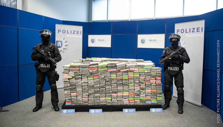 Polizisten bewachen großen Kokain-Fund