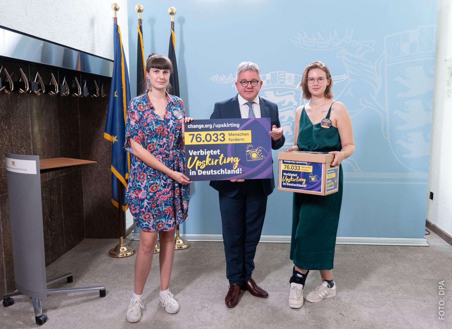 Die beiden Gründerinnen der Online-Petition mit dem Justizminister von Baden-Württemberg.