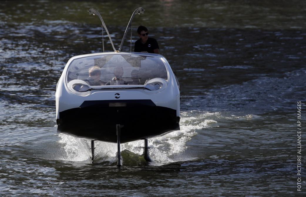 Wassertaxi unterwegs auf dem Fluss Seine