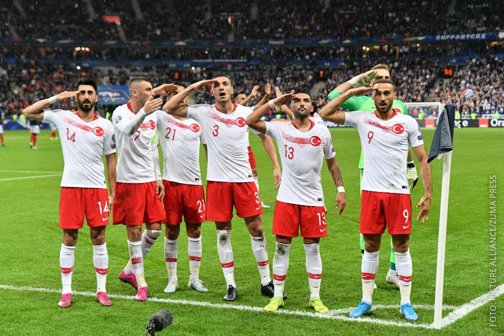 Türkische Nationalspieler jubeln mit einem Salut-Gruß