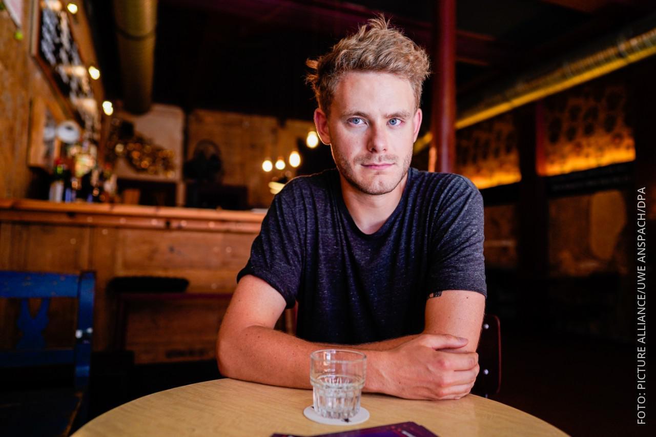 Nachtbürgermeister Hendrik Meier sitzt in einer Bar.