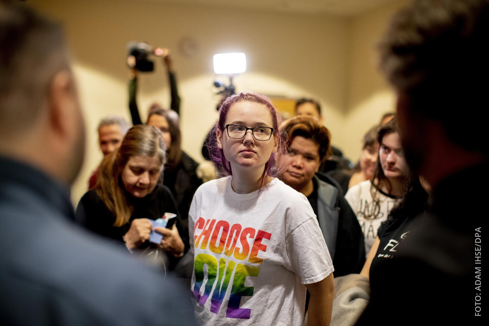 Elin Ersson steht im Gerichtsgebäude umringt von Menschen.