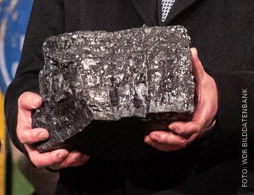 Stück Kohle in einer Hand
