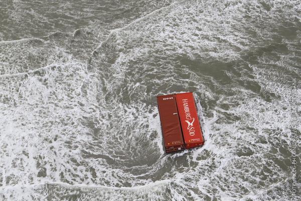 Zwei rote Container treiben in der Nordsee