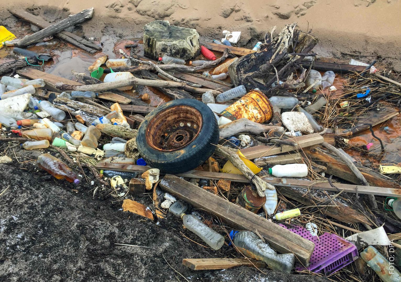 Müll liegt an einem Strand an der Nordsee