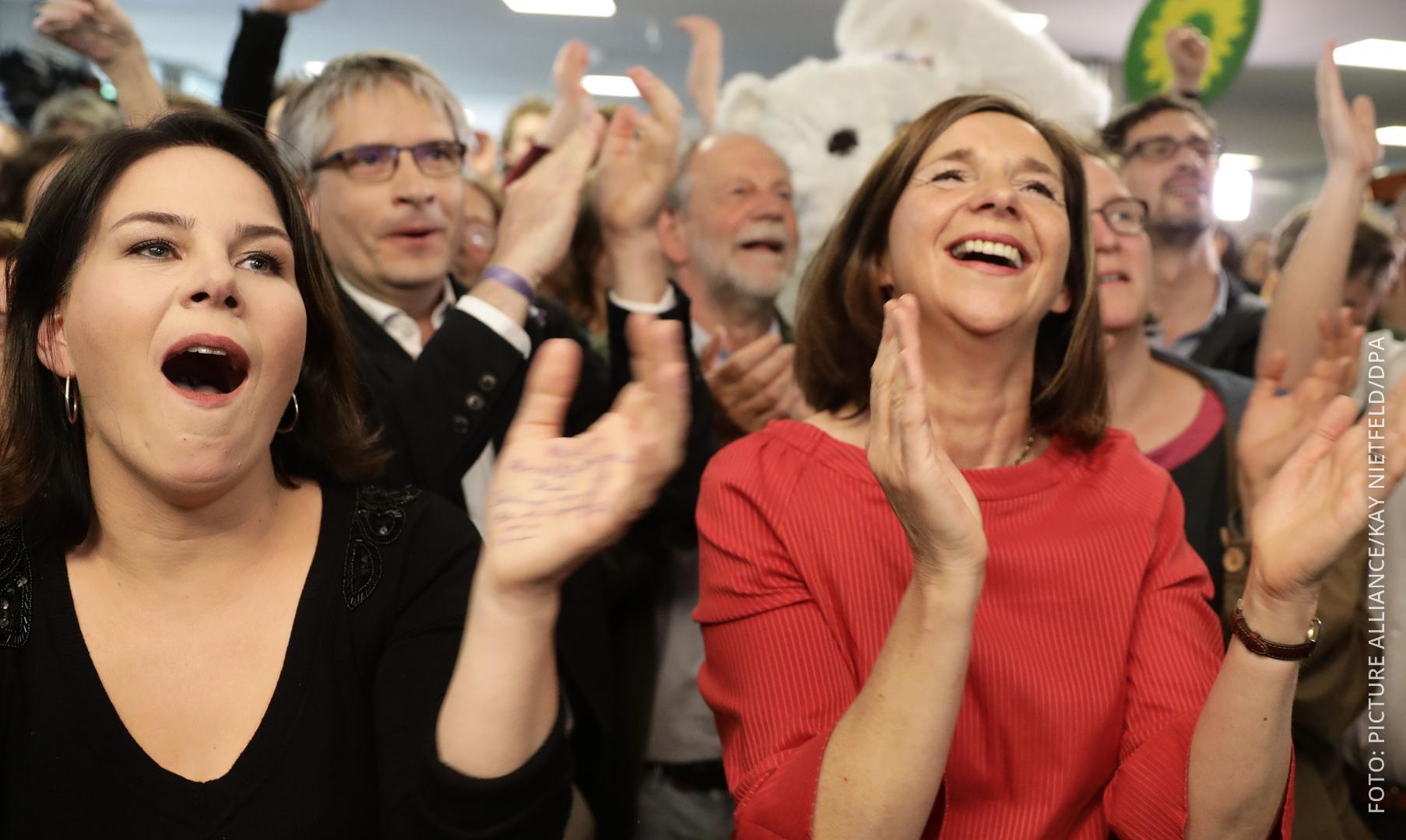 Annalena Baerbock (L), Grünen-Vorsitzende, und Katrin Göring-Eckard, Grünen-Fraktionschefin, jubeln.