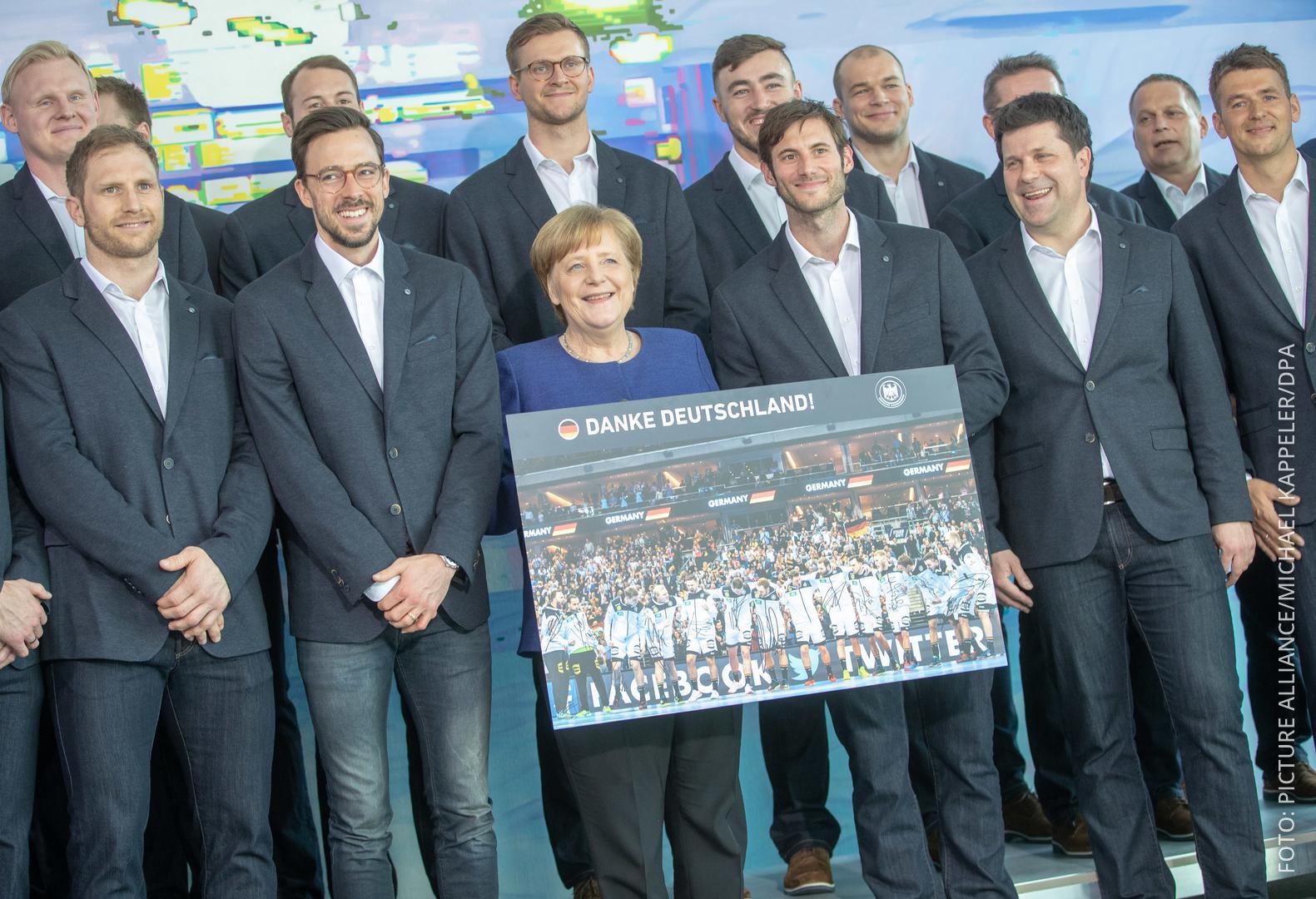 Gruppenbild Handballer mit Merkel