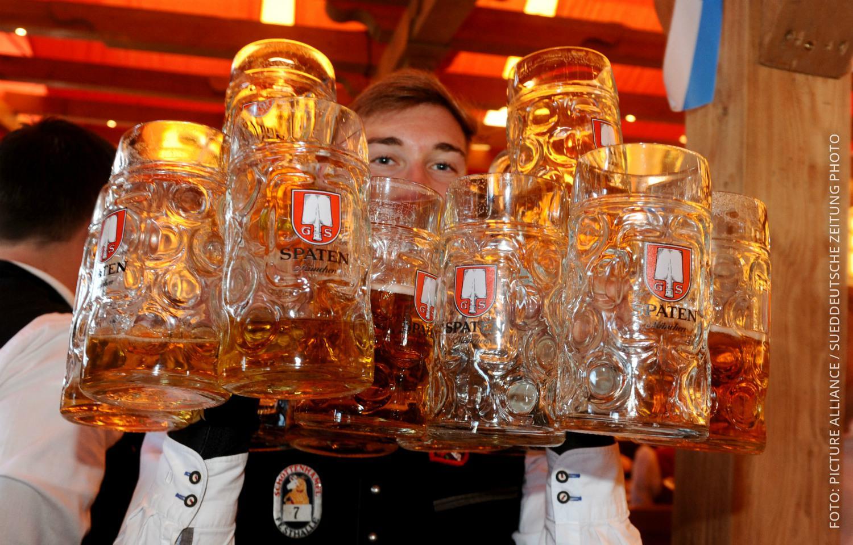Kellner auf dem Oktoberfest mit Bierkrügen