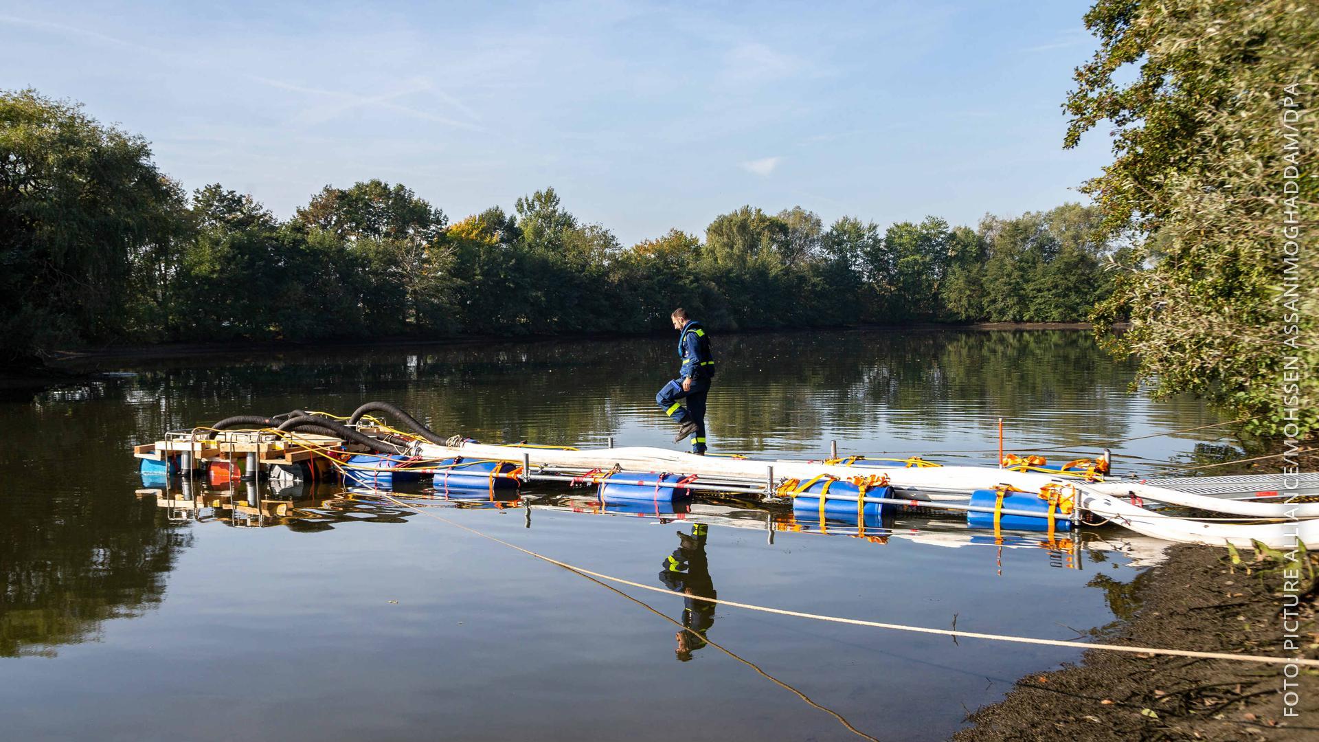Helfer des THW haben Schlauchleitungen verlegt, um den See bei Bremen leer zu pumpen