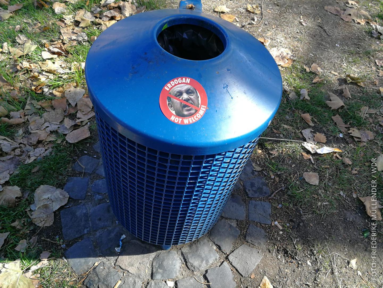 Anti-Erdogan-Sticker auf einem Mülleimer in Köln Deutz.