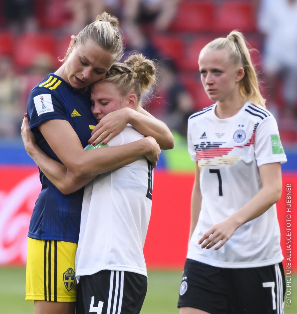 Die deutschen Fußballerinnen stehen nach der Niederlage enttäuscht auf dem Platz.