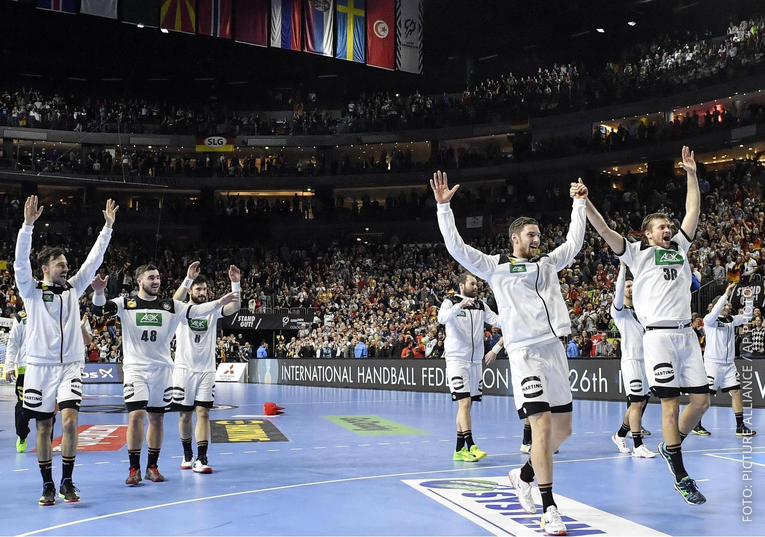 Deutsche Handballer gewinnen gegen Spanien und fiern mit dem Stadion in Köln