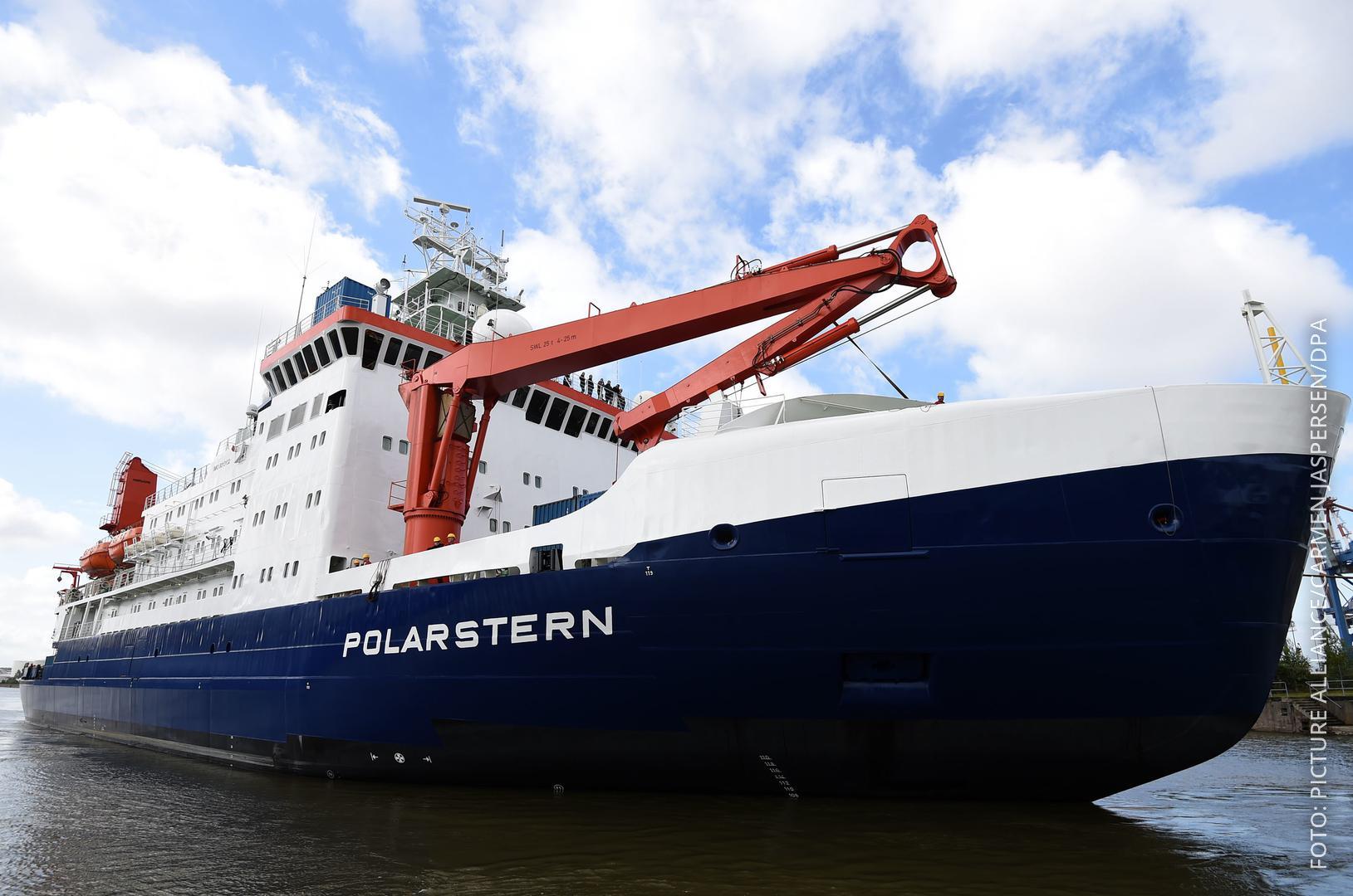"""Das Forschungsschiff """"Polarstern"""" wird von Schleppern gezogen."""