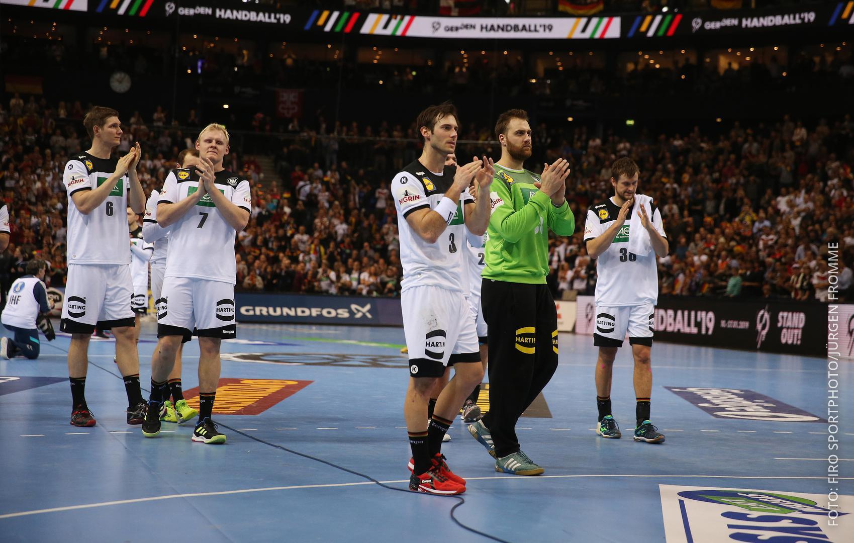 Handballer klatschen und bedanken sich bei den Fans
