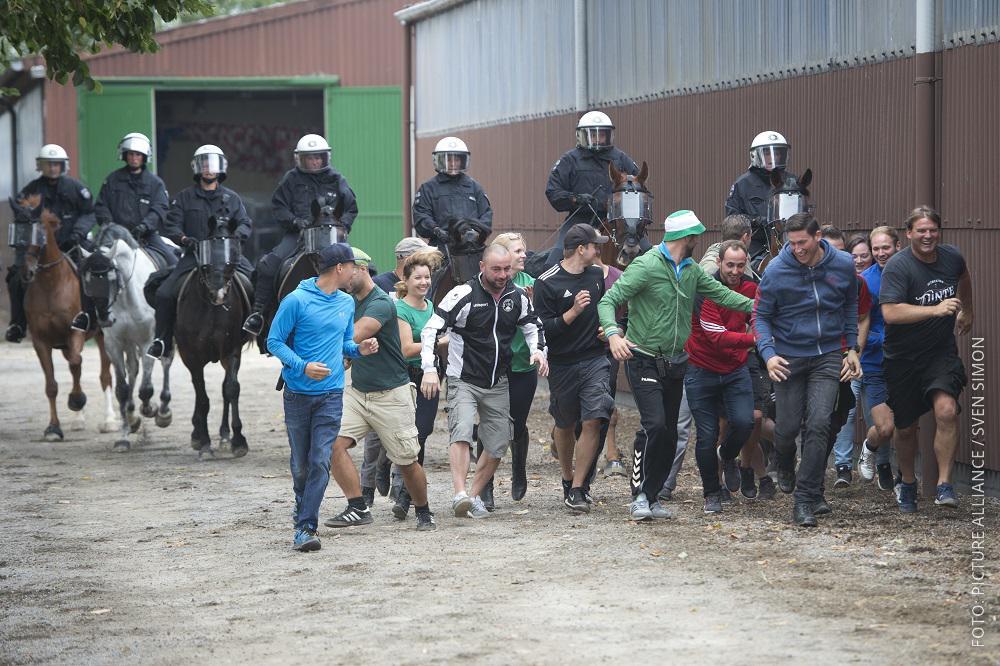 Übung der Reiterstaffel: Abdrängen von Menschengruppe.