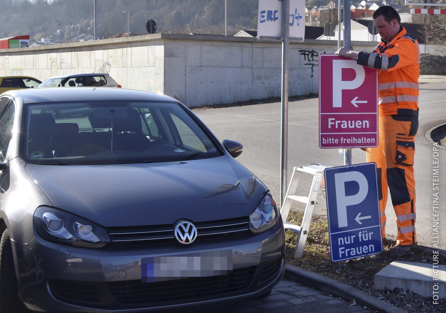 Pinke Parkplatzschilder werden aufgehängt