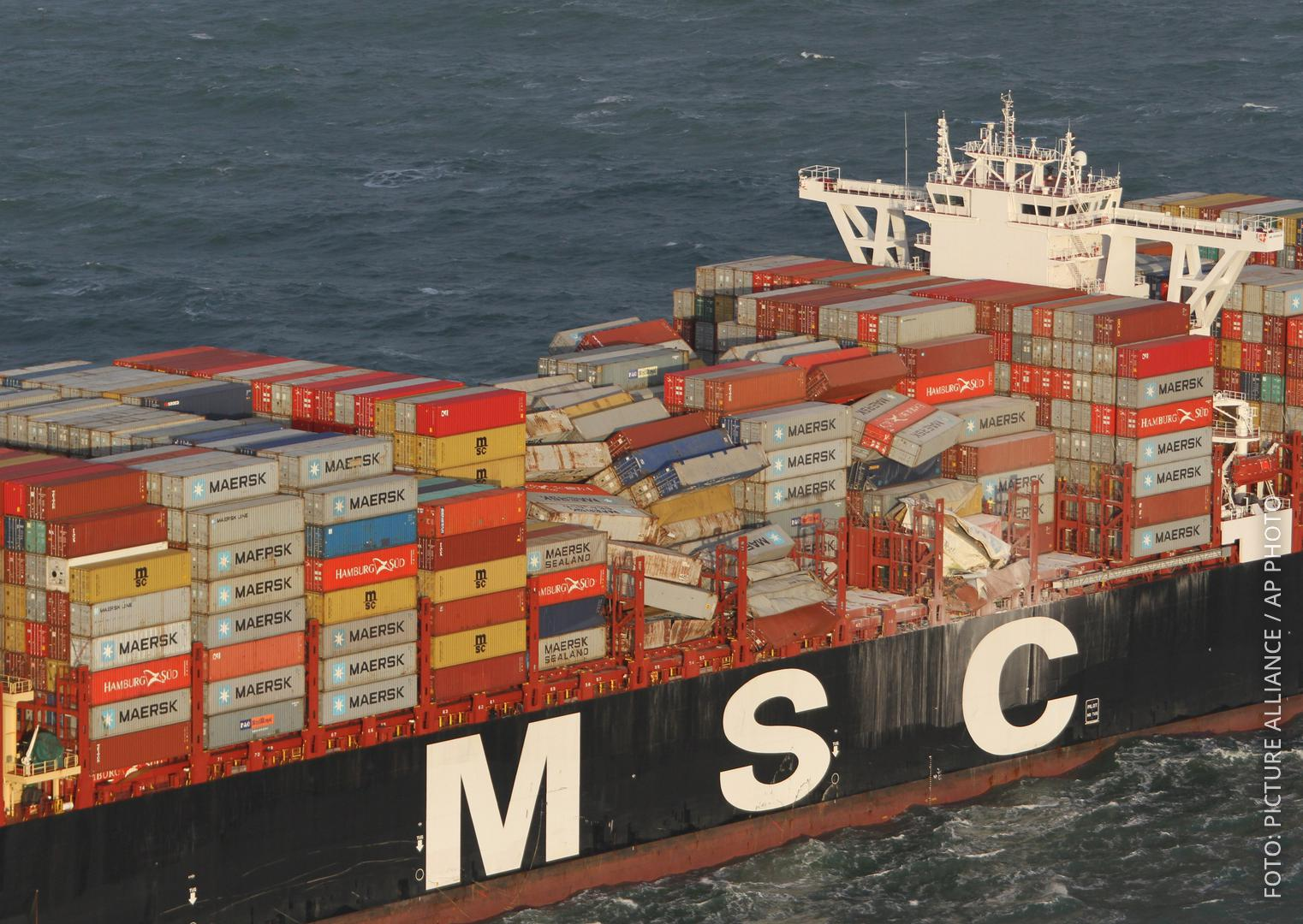Container sind umgefallen auf einem großen Frachtsee nach einem Sturm auf der Nordsee.