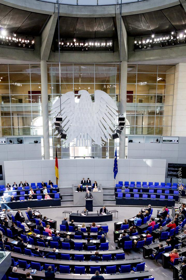 Bundestagsdebatte und Bundesinnenminister Seehofer spricht