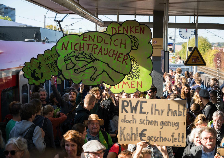 Demonstranten drängeln sich am Bahnhof Kerpen
